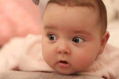 Portrait nouveau-né de bébé se trouvant sur un lit Photographie stock