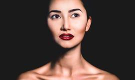 Portrait nu assez jeune de femme dans le studio photographie stock