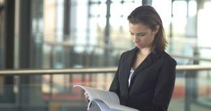 Portrait occupé de femme d'entreprise constituée en société regardant les formes de papier banque de vidéos