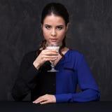Portrait ou une brune attrayante avec un verre de lait Photographie stock