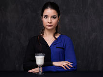 Portrait ou une brune attrayante avec un verre de lait Images stock