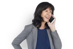 Portrait parlant de sourire de téléphone portable de bonheur de femme Image stock