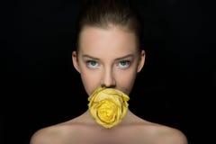 Portrait passionnant de girl's avec la rose de jaune Image stock