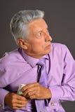 Portrait plus âgé d'homme avec des dollars Photo libre de droits