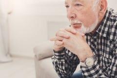 Portrait plus âgé songeur d'homme, l'espace de copie Images stock