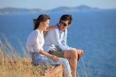 Portrait plus jeune des vacances de détente asiatiques d'homme et de femme à l'émotion de bonheur de côté de mer Images libres de droits