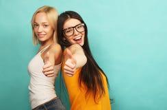 Portrait positif d'amis de deux filles heureuses - visages drôles, emo Images stock