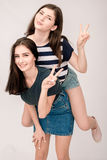 Portrait positif d'amis de deux filles, visages drôles, grimaces Photos libres de droits