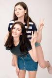 Portrait positif d'amis de deux filles, visages drôles, grimaces Images libres de droits