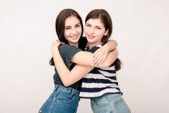 Portrait positif d'amis de deux filles, visages drôles, grimaces Image libre de droits