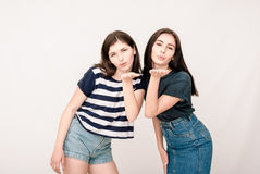 Portrait positif d'amis de deux filles, visages drôles, grimaces Images stock