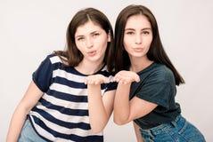 Portrait positif d'amis de deux filles, visages drôles, grimaces Photo libre de droits