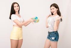 Portrait positif d'amis de deux filles, visages drôles, grimaces Image stock