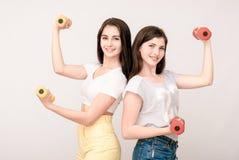Portrait positif d'amis de deux filles, visages drôles, grimaces Photographie stock