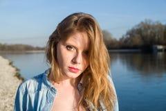 Portrait près d'une rivière image libre de droits