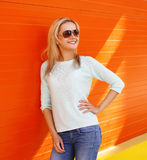 Portrait of pretty cool smiling woman in sunglasses Royalty Free Stock Photos