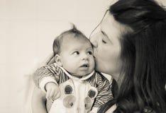 Portrait principal de maman l'embrassant nouveau-née avec amour Images libres de droits