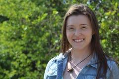 Portrait principal et d'épaules d'étudiant féminin Outdoors d'université/, souriant à l'appareil-photo image stock