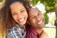 Portrait principal et d'épaules des couples affectueux dehors photographie stock libre de droits