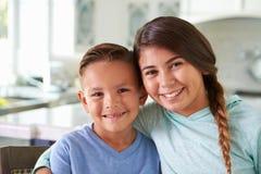 Portrait principal et d'épaules des enfants hispaniques à la maison images libres de droits