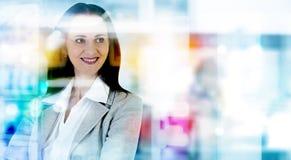 Portrait réussi de femme d'affaires dans le bureau contre de la réflexion en verre Image libre de droits
