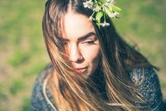 Portrait rêveur sensuel d'une femme de ressort, des fleurs de cerisier appréciantes femelles de beau visage, d'une branche d'arbr images libres de droits