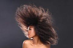 Portrait renversant d'une femme de couleur d'Afro-américain avec le grand ha Image libre de droits