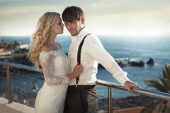 Portrait romantique d'un couple de mariage sur la lune de miel Photographie stock libre de droits