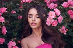 Portrait romantique de beauté de femme dans les roses roses Photos stock