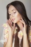 Portrait romantique de belle beauté de brune. Photos stock