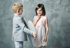 Portrait romantique de deux petits enfants Image stock