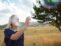 Portrait romantique de jeune femme avec des ballons de savon photographie stock