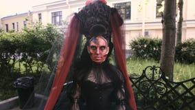 Portrait rouge de maquillage d'art de beauté en gros plan du baroque de sorcière de femme de Halloween banque de vidéos