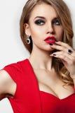 Portrait rouge de robe de femme d'isolement sur le fond blanc Images libres de droits