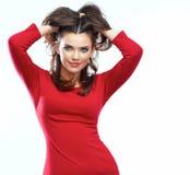 Portrait rouge de robe de femme sur le fond blanc Sourire image stock