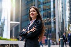 Portrait sûr de femme d'affaires dans la ville de Londres image stock