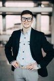 Portrait sûr de sourire beau d'homme d'affaires photographie stock
