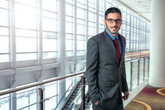 Portrait sûr réussi pointu de déplacement d'homme d'affaires dans l'exécutif de Président de lieu de travail de bureau d'aéroport photo libre de droits