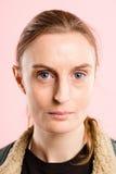 Haut definiti de femme de portrait de rose personnes sérieuses de fond de vraies photos stock