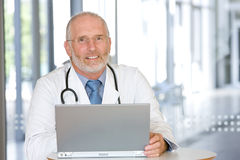 Portrait of a senior caring doctor Royalty Free Stock Photos
