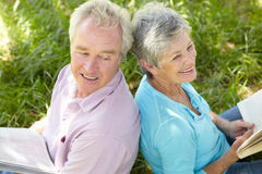 Portrait of senior couple reading Royalty Free Stock Images