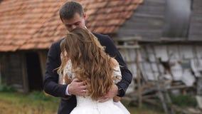 Portrait sensible d'Emotionatl des paires les épousant Le couple heureux danse et étreint doucement dans le village d'automne clips vidéos