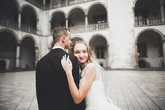 Portrait sensuel d'un jeune couple de mariage extérieur images libres de droits