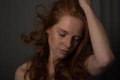 Portrait sensuel d'une belle femme de roux Photo libre de droits