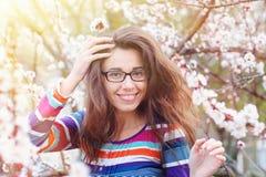 Portrait sensuel de femme de ressort, fleurs de cerisier appréciantes femelles de beau visage Image stock