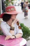 Portrait sensuel de femme en café de chapeau sur la rue de ville Images libres de droits