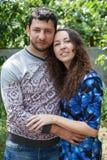 Portrait sensuel extérieur de jeunes couples image stock