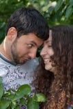 Portrait sensuel extérieur de jeunes couples images libres de droits