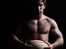 Portrait sexy d'homme de rugby de torse nu Photographie stock libre de droits