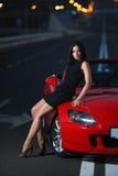 Portrait sexy de femme de beauté attrayante avec la voiture Images stock